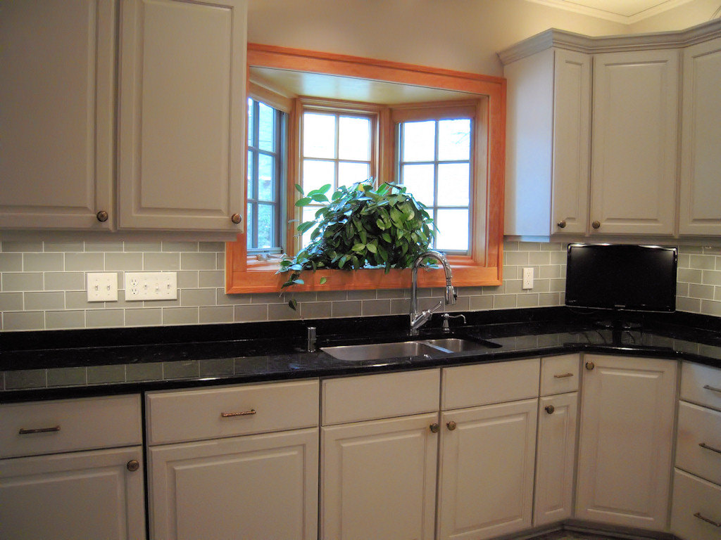 The best backsplash ideas for black granite countertops for Backsplash ideas with black cabinets