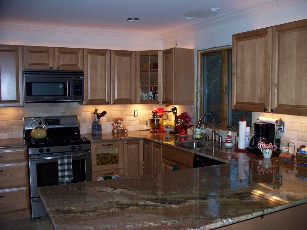 The best backsplash ideas for black granite countertops for Kitchen backsplash design gallery